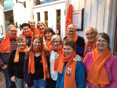 FRIVILLIGE: Denne gjengen med frivillige pyntet Kongsberg med oransje skjerf tirsdag morgen.