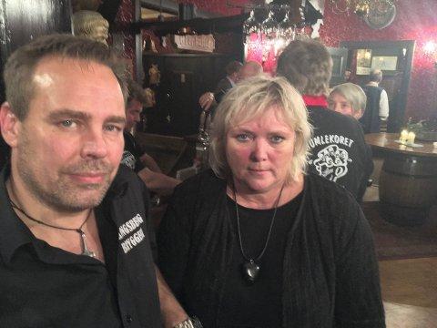 """Mikael Rydell og Wenche Berntsen var i Gildehallen på Aass bryggeri i Drammen for å motta utmerkelsen """"Årets pub"""", onsdag kveld."""