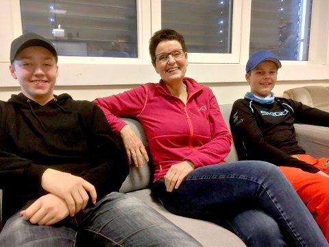 GLADE I SKOLEN SIN: Til venstre niendeklassingen Mads Rydgren Toeneiet, rektor Wenche Torvund og Niri Landerud Svingen.