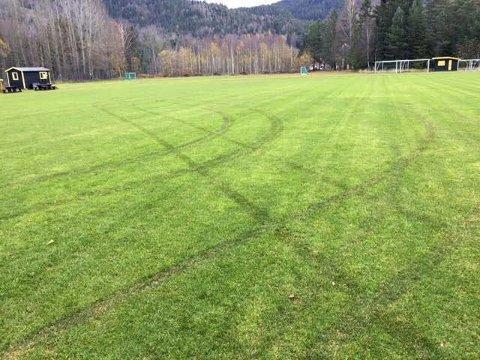 KJØRTE PÅ BANEN: Slik ser det ut på fotballbanen i Hvittingfoss etter at noen hadde kjørt firehjuling der.FOTO: TARJEI TALLAKSTAD