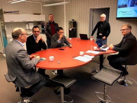 Fra venstre: Modris Ozolins fra Riga Tekniske Høyskole, vinnerteamet Viktors Bikovs og Pavels Birjukovs, Gunnar Berge, Halvor Grene og Harald Inge Akre.