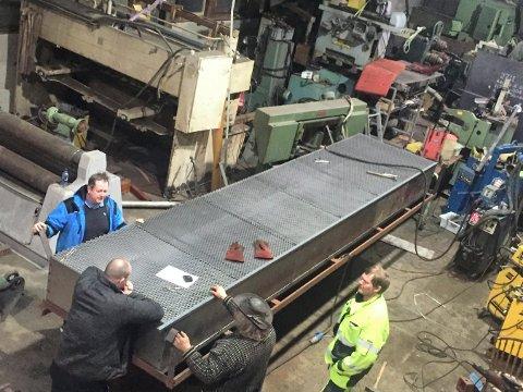 PØLSEGRILLEN: Kjelen som ble brukt til pølsekoking i fjor, skal brukes til å grille med i år. Roger Kjenås står til venstre.
