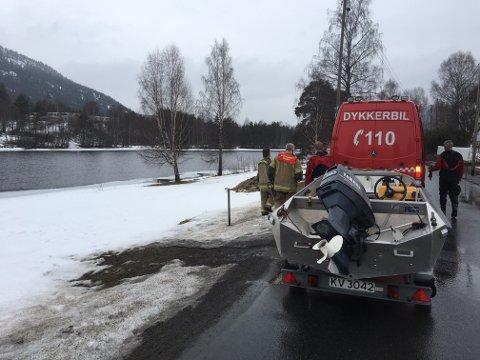 RYKKET UT: Brannvesenets dykkerbil rykket ut, men heldigvis kom hunden seg på land selv.
