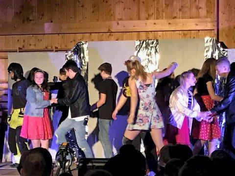 DANS OG FEST: Elevene ga alt i Grease-forestillingen.