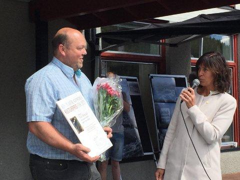 Geir Bergstøl mottok årets kulturpris i Nore og uvdal av ordfører Eli Hovd Prestegården.