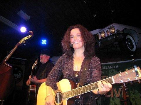 KOMMER TILBAKE: Folkesanger Andrea Rice fra Irland kommer til Øygardsgrend.