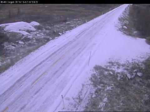 SNØ: Det er snødekke og det betyr vanskelige kjøreforhold, i hvert fall om du ikke er riktig skodd.
