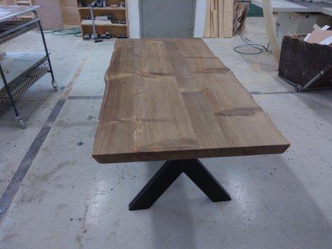 STASLIG BORD: Dette spisebordet ble auksjonert bort til inntekt for årets Tv-auksjon. Treverket er over 7000 år gammelt. Bordet er oljet med naturell olje og en godt bevart ytterkant.