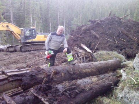 Gravemaskinføreren fant en spennende skatt i myra. Tømmer som var over 7000 år gammelt.
