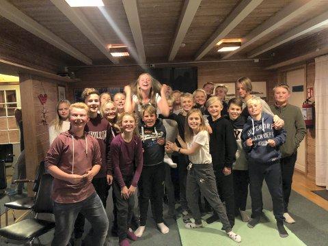 FEIRING: Kine Moen Saga (øverst) og resten av klasse 7B på Gamlegrendåsen skole feiret førstepremien til Kine.