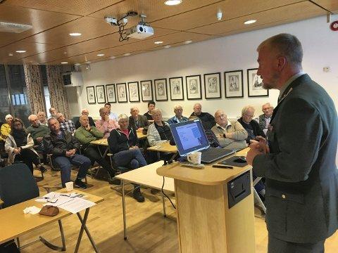 FOREDRAG: Oberstløytnant Geir Haagen Karlsen holdet foredrag for rundt 50 personer på rådhuset i Kongsberg.