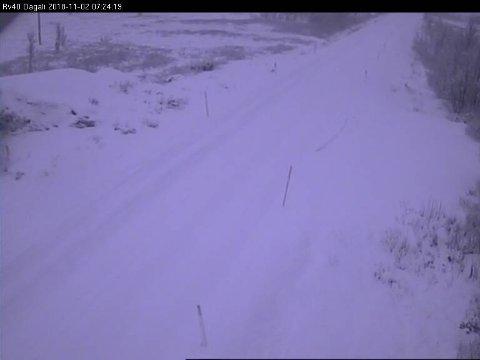 Dette er fra Statens vegvesen sitt webkamera på Dagalifjell fredag morgen. Her er det full vinter. Det gir trafikkproblemer.
