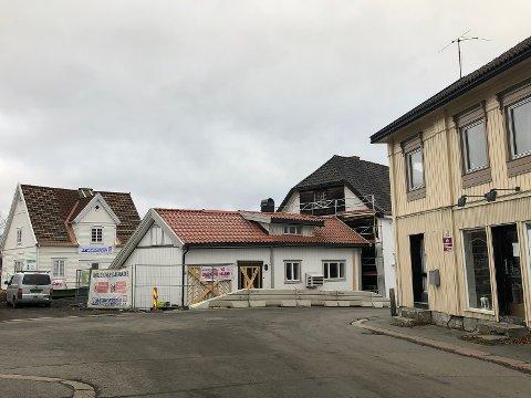 To verneverdige bygg på plass på sin nye adresse i Rogstadbakken 6