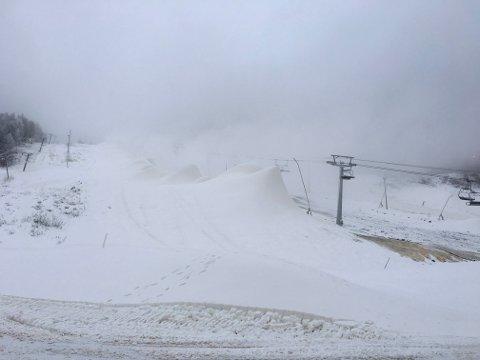 MÅ VENTE: Når det er minusgrader er det snøproduksjon i Kongsberg skisenter. Men denne helgen blir det ikke åpent i skisenteret.