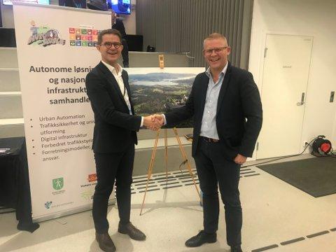 Vestaksen Eiendoms administrerende direktør Morten Hotvedt (t.h.) og Applied Autonomys daglige leder Olav Madland har inngått samarbeidsavtae om å utvikle selvkjørende kjøretøy. Den ble signert under Kongsberg Summit torsdag.