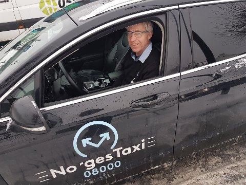 FORTVILER: Taxisjåfør Ole Jakob Kjørstad fortviler over at det finnes flere «kjøre-grupper» på Facebook som stjeler kunder fra taxinæringen. Han mener trenden med såkalt «kompiskjøring» kommer til å fortsette, så lenge politiet ikke gjør større tiltak for å stoppe det.