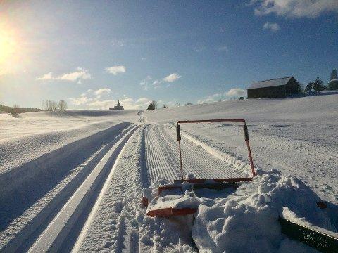 Blir det like flott skiføre i år som i fjor tro? Hem kirke i bakgrunnen.