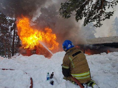 KRAFTIG BRANN: Hytta var overtent da brannvesenet kom fram.