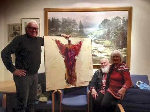 HEDER OG ÆRE: Arne Gyttrup er utnevnt som æresmedlem i Labro Art. Han fikk et maleri signert Oddvind Ørbeck. Til høyre sitter Oddny Ra, tidligere nestleder i styret i Labro Art.