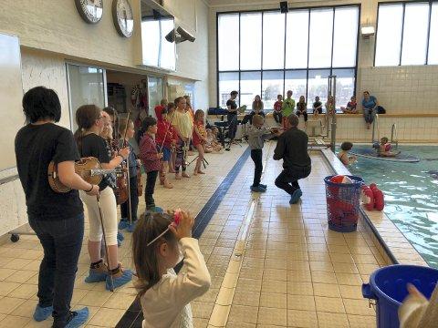 KONSERT: Det var ikke den beste akustikken i svømmehallen, men innsatsen til kulturskoleelevene var det ingenting å si på.