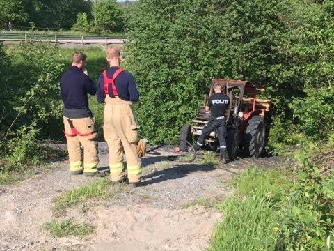TRAKTOR: Brannen i traktoren av merke Massey Ferguson er nå slukket.