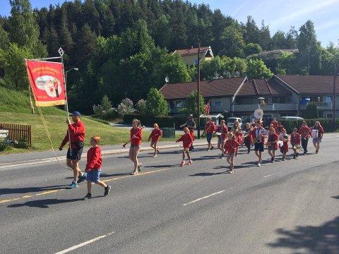 Kongsgårdmoen skolekorps marsjerer ifm Gladdag i Skotselv