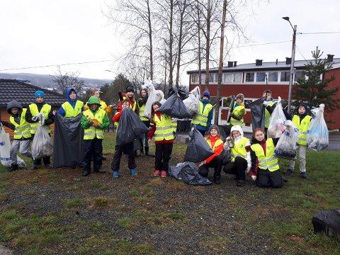 MYE SØPPEL: Elevene fra Wennersborg skole fant mye søppel rundt skolen.