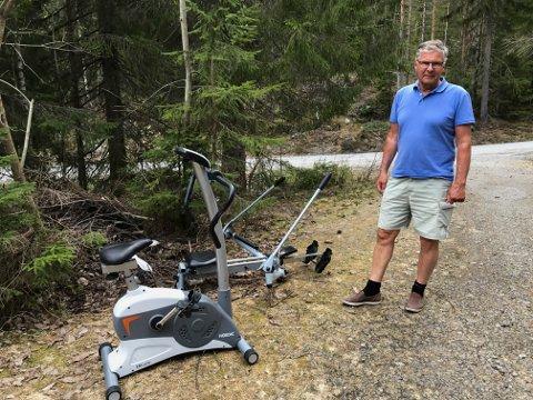 Erik van den Bovenkamp er irritert over at folk dumper avfall i skogen i Lurdalen.
