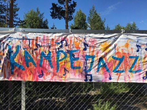 FARGERIKT BANNER: Inge tvil om at barnehagen har startet festivalmoroa.