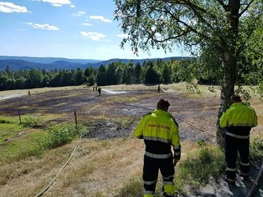 BRANT I GRESS: Brannvesenet fikk raskt kontroll på brannen, får Lp opplyst.