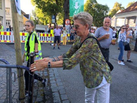VANN: Det er egne vannposter hvor du kan fylle opp koppen med vann - eller vaske hender slik Torild Larsen gjorde torsdag kveld.