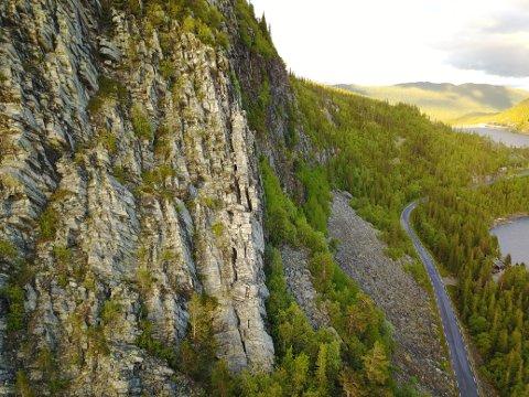 Fjellsiden går bratt ned mot fv. 120 og Tunhovdfjorden.
