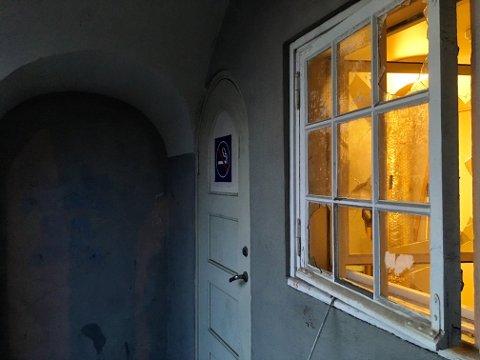 KNUST: På baksiden av stasjonen var vinduet knust.