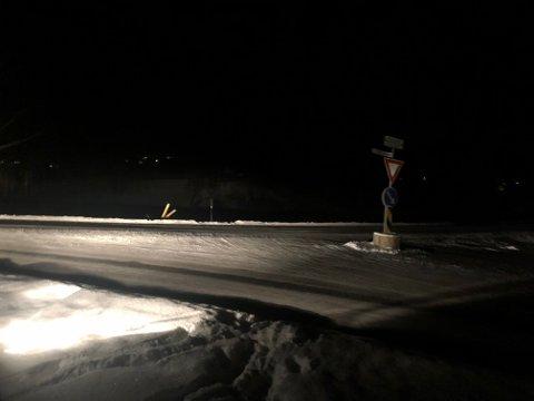 VELTET: Man kan så vidt se veiskiltet i grøfta på bildet fra Lp-tipseren. Skiltet har sannsynligvis blitt kjørt ned i natt.