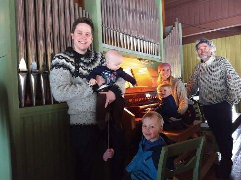 """ARRANGERER OL: Fra venstre: Daniel Sæle, Elling Sæle Lesteberg, Sigurd Årvik Heimdal, Sverre Halvorsen Heimdal (""""organist""""), Sigrun Blaavarp Heimdal og Tov Sandnæs arrangerer """"OL"""" i Nore til inntekt for nytt orgel i Nore kirke."""