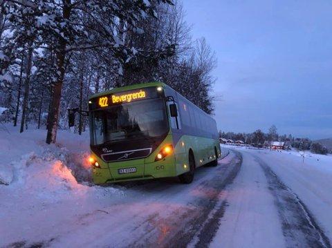 SKLIDD: En buss på vei til Bevergrenda har sklidd av veien i nærheten av Svene.