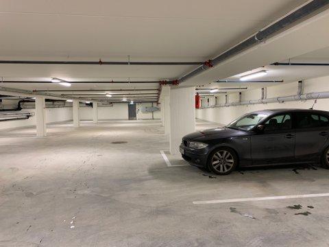 NESTEN TOMT: Fredag formiddag hadde en bil funnet fram til den nye parkeringskjelleren.