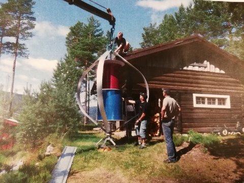 TUNG: Vindgeneratoren veier 160 kilo, og Finn Limseth trengte en båtkran for å få montert den.