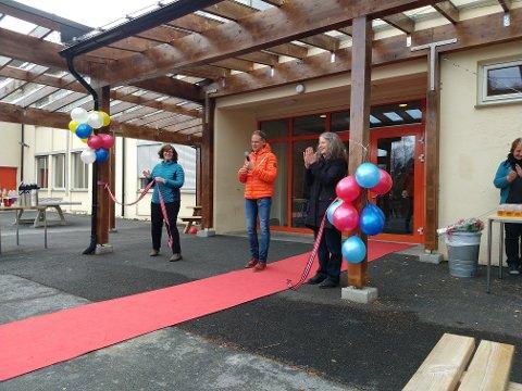 Fra fredagens åpning av Rødberg skoles nye uteområde. Den ferske ordføreren Jan Gaute Bjerke klippet snoren.