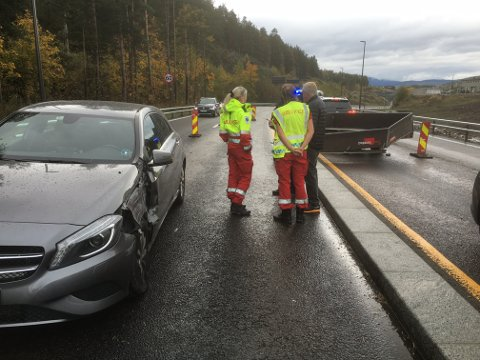 Last fra en tilhenger har trolig løsnet og truffet en annen bil på Gomsrudveien.