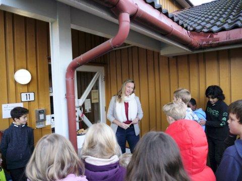 OFFISIELL ÅPNING: Ordfører Viel Jaren Heitmann foran biblioteket i Veggli.