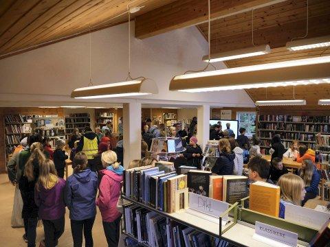 FOLKSOMT: Små og store inntok biblioteket.