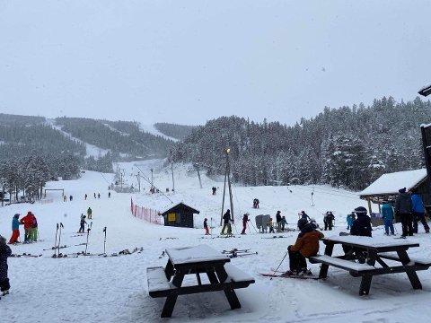 Mye folk var på ski i Uvdal skisenter lørdag.