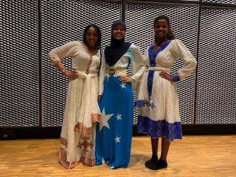FLOTTE DRAKTER: Lulia, Khayrto og Mugot har kledd seg i flotte kjoler.
