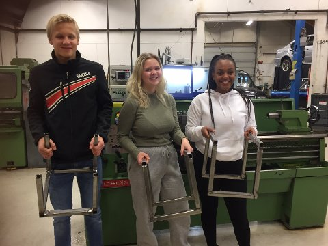 Mekanikkgjengen Peder Strømmen, Juli Anne Bergan og Ruta Amanuel Yacob  fra Rødberg viser stolt fram sine vedstativer. Alle er litt forskjellige.