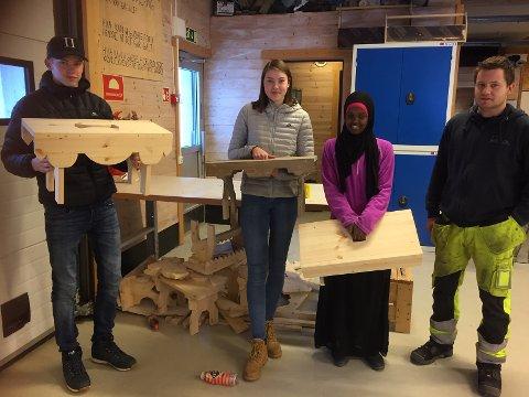 Her viser Bjørn Levordsen Jacobsen,Rødberg skole,  Christina Gudmundsen Bekkjorden og Leyla Mahamed Hassan fra Veggli skole, fram krakkene sine. Lærer Robin til høyre.