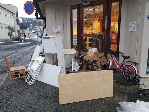 Dumpet avfall: Slik så det ut da de ansatte kom på jobb på Asvo mandag morgen. Atter en gang må de bruke tid og penger på å kjøre folks avfall på Røysa.