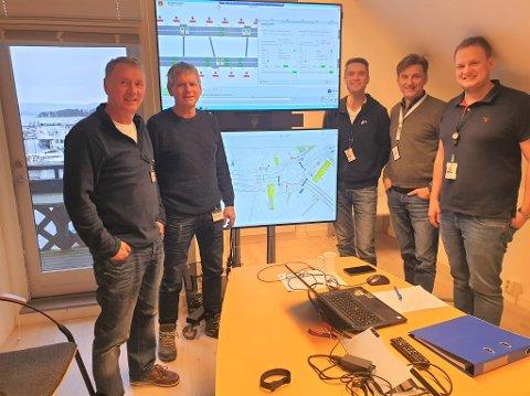 Vellykket test på Stord av styringssystemer og signaler for E134-anlegget i Kongsberg. F.v. hans Olav Dalen og Roy Alstad i Statens vegvesen med f.v. Dagfinn Brekke, Geir Velta og Øyvind Sollie Koløen i ABB.