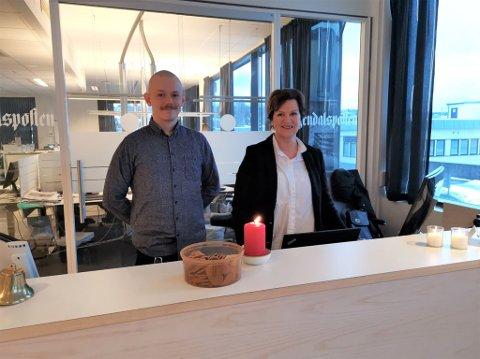 HJELPER DEG GJERNE: salgskonsulent fra Amedia kundesenter Alexander Nilsen og markedskoordinator Linda Hornli Andersen, står klare i resepsjonen til å hjelpe deg med stort og smått.