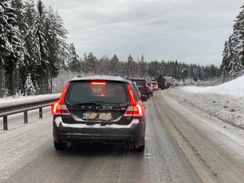 LANGE KØER: Mange har stått i over en time i kø mellom Kongsberg og Hokksund på E134.